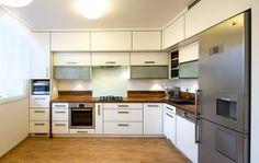 Kuchyňská linka je zbílého laminátu, na olepení dvířek byla použita tzv. 3D