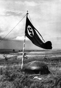 Members of the German Wehrmacht hoisted the flag of the Third Reich with swastika on a bunker of the Maginot Line after it has been occupied in July 1940. Photo: Berliner Verlag/Archiv