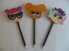 Compre Ponteiras para lápis Lol Surprise no Elo7 por R$ 5,50 | Encontre mais produtos de Lembrancinhas em EVA e Lembrancinhas parcelando em até 12 vezes | Ponteiras para lápis de E.V.A com o tema Lol Surprise (lápis não acompanha)  3 Opções para escolha do cliente:  Lol Queen Bee (cabelo..., D1318A Foam Crafts, Arts And Crafts, Diy Crafts, Mayan Numbers, Pencil Toppers, Pens And Pencils, Tea Art, Lol Dolls, Art Lessons