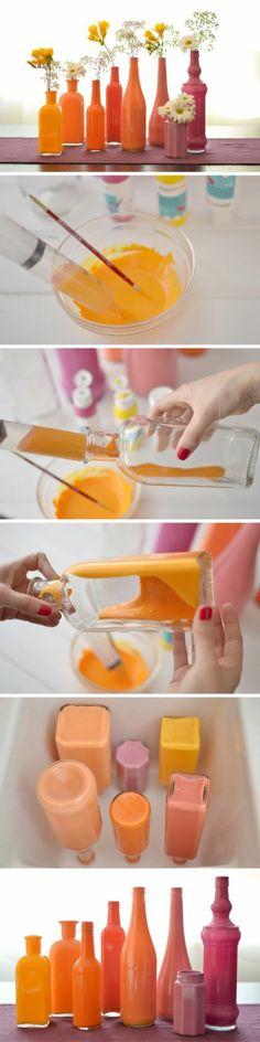 Tolle Bastelidee: farbige Vasen aus ausgedienten Flaschen in Pastellfarben.
