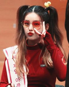 Can you name the kpop idols wearing glasses? Kpop Girl Groups, Korean Girl Groups, Kpop Girls, K Pop, Cool Girl, My Girl, Two Ponytails, Eye Makeup, Homo