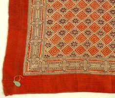Schalett. Av silke med tryckt mönster i rött, lila och vitt.