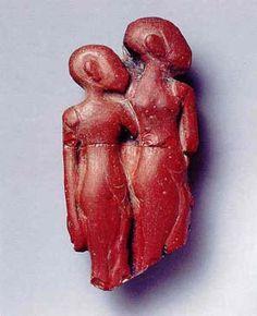 Sitamón (hija de Amón) fue, aparentemente, la hija primogénita de Amenofis III y Tiye. Pocos de sus monumentos perviven.   Incrustación de un mueble mostrando a dos princesas. Vidrio rojo. Petrie Museum, University Collage. Londres.