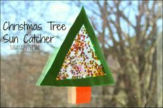 I love this sparkly Christmas Tree Sun Catcher! A great play date craft. #thesugaraunts