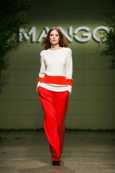 Pantalones rojos, un nuevo desafío... Bell Sleeves, Bell Sleeve Top, Vogue Living, Beautiful Outfits, Separates, Sassy, Mango, Clothes, Tops