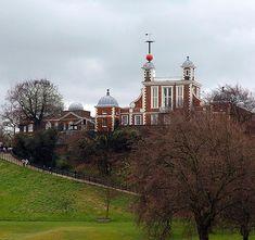 Greenwich Gözlemevi, İngiltere Kraliyet Rasathanesi adıyla 1675 yılında, İngiltere Kralı II. Charles tarafından kurdurulmuştur. Londra'nın Greenwich kasabasında Thames Nehri kenarındadır. Greenwich'te çalışan ilk astronom John Feamsteed'dir. Esas vazifesi yıldızların ve diğer gök cisimlerinin yerlerini tespit etmek ve bu suretle denizcilerin yerlerini daha kesin bulabilmelerine yardımcı olmaktı. 1884 yılından beri başlangıç meridyeneninin bu gözlemevinin üzerinden geçtiği kabul edilmektedir.