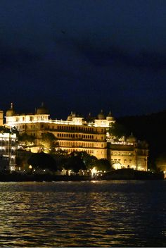 Beautiful night view of the City Palace, Udaipur, Rajasthan.   Must see in Udaipur   Travel Blog   Solo Traveller   Travel diaries   Rajasthan   India
