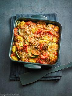 Zucchini-Gnocchi-Auflauf Zucchini gnocchi casserole For and in living. Zucchini Casserole, Casserole Recipes, Veggie Recipes, Vegetarian Recipes, Healthy Recipes, Baked Gnocchi, Vegetable Stew, Jamaican Recipes, Veggies