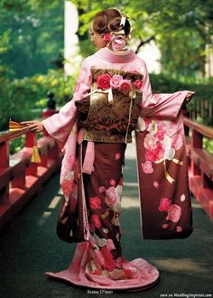 Scena D'uno wasou bridal kimono (着物) collection  Back view of gold obi sash showing a version of the drum knot or taiko musubi accented with pink and red roses to match the motif on the dress.