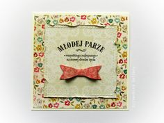 Przestrzenna kolorowa kartka ślubna, zdobiona delikatnymi przeszyciami, papierową kokardą oraz stemplowanym napisem. Wykonana z materiałów wysokiej jakości, z dbałością o każdy szczegół. W komplecie koperta.  Dostępna w butiku online Madame Allure.