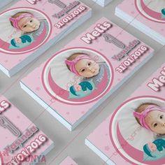 1 yaş günü magnetleri arasında bulunan kız bebekler için özel mevlüt, doğum günü magneti tasarımımız.
