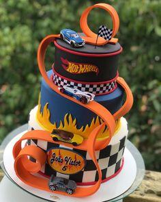 Hot Wheels Party, Bolo Hot Wheels, Hot Wheels Cake, Hot Wheels Birthday, Race Car Birthday, Race Car Party, Monster Truck Birthday, Cars Birthday Parties, Monster Trucks