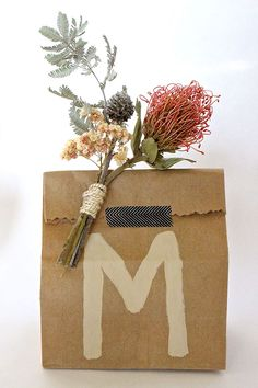 Melanie's Dried Floral DIY Wrapping Tutorial (Justina Blakeney - The Jungalow) Brown Paper Wrapping, Paper Bag Gift Wrapping, Birthday Gift Wrapping, Gift Wraping, Creative Gift Wrapping, Paper Gift Bags, Creative Gifts, Diy Wrapping, Diy Birthday