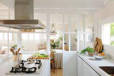 00464942b. Cocina blanca comunicada con el comedor por puertas acristaladas_00464942b Home Decor Kitchen, Rustic Kitchen, Home Kitchens, Kitchen Dining, Glass Room Divider, O Gas, Deco Furniture, Home Interior Design, Sweet Home