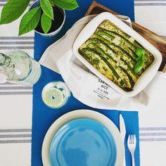 Zielone szparagi mogłabym jeść przez całe lato. Namiętnie kupuję szparagowe pęczki i jem póki są. Tym razem pieczony omlet wysokobiałkowy ze szparagami.
