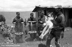 Violencia en Colombia: Desplazamiento de 4.500 habitantes de los barrios orientales de Medellín. Septiembre de 2003. (Foto: Jesús Abad Colorado)