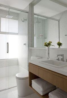 banheiro branco com madeira