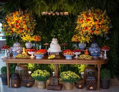 Decoração da mesa do bolo | Casamento | Wedding | Decor | Decoração | Casamento na Praia | Outside Wedding | Beach Wedding | Beach | Ar livre | Decoração aérea | Inesquecível Casamento | Decoração com flores | Flores coloridas | Flowers | Mesa de doces | Casamento na praia