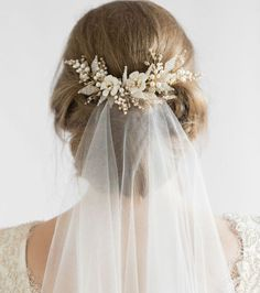 wedding hairstyles with headpiece Romantische Hochzeit Frisuren mit Schleier Floral Wedding Hair, Hair Comb Wedding, Headpiece Wedding, Wedding Hair And Makeup, Wedding Veils, Wedding Hair Accessories, Bridal Headpieces, Trendy Wedding, Elegant Wedding