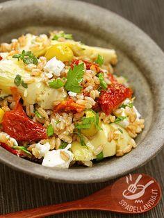 L'Insalata di farro pomodori secchi e ricotta, decorata con ciuffetti di ricotta, è gustosissima sia calda che tiepida o fredda!