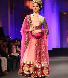 A model displays a beautiful suit by Vikram Phadnis - bollywoodshaadis.com