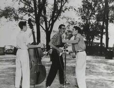 Let´s Keep the 50´s Spirit Alive!: Larry Welborn, Buddy Holly and Bob Montgomery performing outside