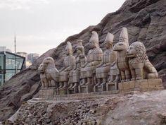 Nemrut Dağı, Adıyaman ilindeki Kahta ilçesi yakınlarında Ankar dağları civarında 2.150 metre yüksekliğinde bir dağdır. Toros dağ silsilesinde bulunur. 1988 yılından beri millî parktır. Kommagene kralı Antiochus Theos, MÖ 62 yılında bu dağın tepesine, pek çok Yunan ve Pers tanrısının heykelinin yanı sıra kendi mezar-tapınağını da yaptırmıştır. Mezarda, bir kartalın başı gibi, tanrıların taş oymaları bulunur. Heykellerin diziliş şekli hiyerotesyon olarak bilinir...Nemrut Dağı, Adıyaman