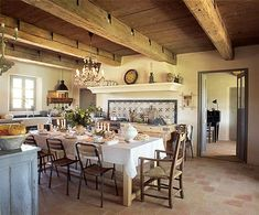 Catherine ha gusto mescolare tavolo moderne sedie sala da pranzo e tubi 1940, con il lustro del secolo scorso.  Tabella sulle piastre vecchie e ciotole, posate (Sabre), occhiali (Ex-Sud), vetro a bassa candleholder Candele (i francesi)
