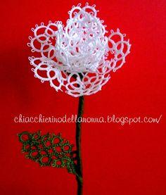 Mi piacciono i fiori realizzati al chiacchierino, questa volta ho voluto provare con una rosa.  Il modello di questo fiore si trova sul lib...