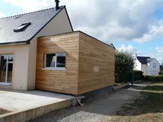 agrandissement de maison en ossature bois avec toit plat et bardage en reed cedar. Black Bedroom Furniture Sets. Home Design Ideas