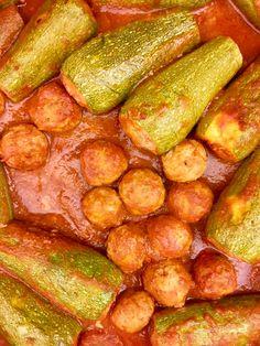 Per fare le zucchine ripiene della tradizione emiliana devi svuotare le zucchine e farcire con un ripieno di carne simile a quello dei tortellini. Tutti i segreti? Nella ricetta di casa che trovi sul blog. Bolognese, Tortellini, Carne, Blog
