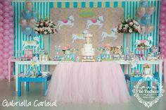 A Isabela comemorou seu primeiro aninho com uma festa suave e delicada...o tema escolhido pela mamãe Cristina foi: Carrossel! Muito rosa, v...