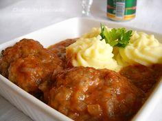 Chiftelute marinate:  INGREDIENTE :500 g carne tocata ( de preferat vita , manzat dar merge si cea de porc sau pasare ),2 bucati ceapa,2 oua,1/2 legatura patrunjel verde,sare,piper,3-4 linguri faina,1-2 linguri zahar,1 foaie dafin,300 ml bulion(suc de rosii),200 ml apa,150 ml ulei,PREPARARE:Ceapa se curata si taie marunt.Patrunjelul verde il tocam fin. La carnea tocata adaugam 1 ceapa Good Food, Yummy Food, Tasty, Hungarian Recipes, Romanian Recipes, Romanian Food, Tandoori Chicken, Mashed Potatoes, Nom Nom