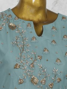 Embroidery Suits Punjabi, Hand Embroidery Dress, Embroidery On Kurtis, Kurti Embroidery Design, Embroidery Neck Designs, Hand Embroidery Videos, Embroidery On Clothes, Couture Embroidery, Embroidery Fashion