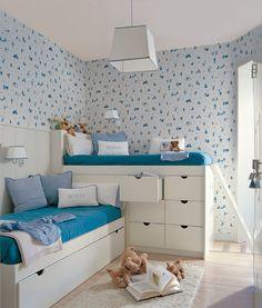 Dormitorio infantil doble con soluciones de almacenaje, papel pintado azul y alfombra 147236