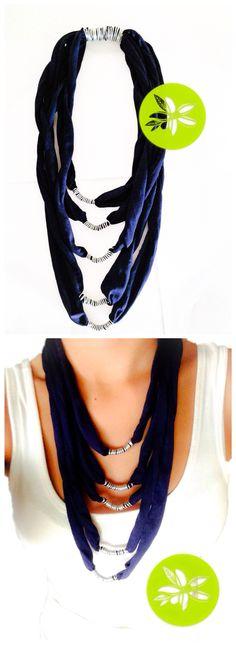 Collar hecho a mano con trapillo y alambre de aluminio. Color azul marino.