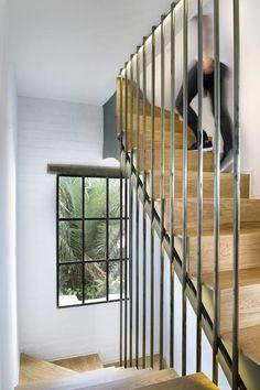 TRA PIU' LIVELLI La casa di circa 300 mq, si distribuisce su due livelli, più un seminterrato. Il vano scale è protetto da una struttura leggera in tubolari in acciaio.