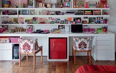 O quarto de 30 m² é o lugar onde a publicitária Andréa Siemsen se dedica ao hobby: a montagem e decoração de álbuns fotográficos. Prateleiras com divisórias aleatórias e assimétricas deixam o local organizado, mas sem cara de escritório