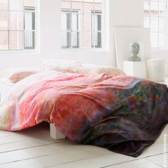 An intensive watercolor of sunset shades, Uma by Schlossberg reveals a shimmering kaleidoscope of color. The abstract design represents a modern impression of a meadow at glorious sunset. Duvet covers are painted with hues that fade from light to dark. For drama, lighter hues cover all shams.
