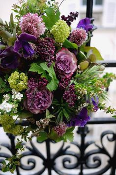 lilas, pois de senteur, rose, scabieuse, viburnum - wouldn't it be great to be ensconced in fresh flowers every day? I would LOVE festoons of fresh flowers all over my house. Wedding Flower Arrangements, Floral Arrangements, Wedding Flowers, Green Flowers, Beautiful Flowers, Bouquet Champetre, Fleur Design, Deco Nature, Bloom