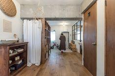 玄関の扉を開くと、目の前には広々としたリビング。 Mirror, House Styles, Interior, Room, Furniture, Home Decor, Track, Type, Bedroom