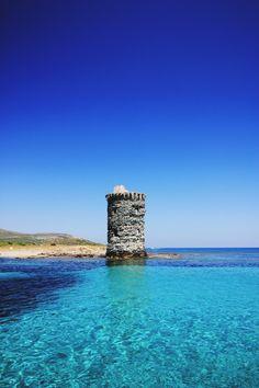 Ce sentier est peut-être l'un des plus connus de Corse, après le GR20. Pas  du tout du même genre, ni du même niveau, c'est un sentier du littoral, une  randonnée facile et accessible à tous, qui permet de longer la côtedu Cap  Corse,une partie uniquement accessible par la mer ou à pied.  Il est un lieu où les vents soufflent fort, un paradis perdu, une des  régions les plus sauvages et abruptes de notre si belle île. Un lieu chargé  d'histoire, qui aurait pu être dévasté par son passé…