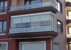 Balcón cerrado con cristal sin perfiles (Cortinas de Cristal) Glass Balcony, Balcony Garden, Balcony Ideas, Small Space Living, Living Spaces, Diy Privacy Screen, Apartment Balconies, Condo, Mansions