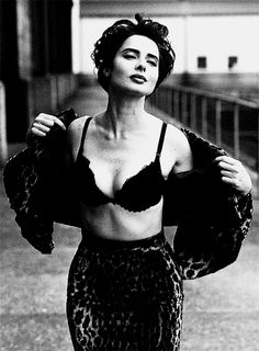Vogue Photo by Steven Meisel. Pinned from: pin.it/… Isabella Rossellini. Vogue Photo by Steven Meisel. Pinned from: pin. Steven Meisel, Isabella Rossellini, Looks Black, Black And White, Black Bra, Kreative Portraits, Italian Actress, Vintage Beauty, Belle Photo