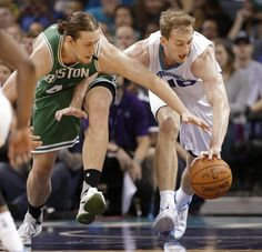 Kelly Olynyk and the Hornets' Cody Zeller chased the ball in the first half.