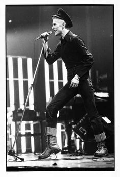 David Bowie photographed by Andrew Kent performing in Berlin, 10 April 1976 David Bowie, Lampe Ballon, Expo, Berlin, Actors, Concert, Movies, Artists, Cord
