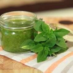 Place all ingredients in a blender or food processor and mix to form a homogenous paste. Basil Pesto Sauce, Appetizer Dips, Tasty Dishes, Healthy Choices, I Foods, Spinach, Food Processor Recipes, Food And Drink, Herbs