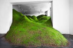 Avec une herbe aussi généreusement verte, il est presque difficile de croire que l'œuvre prend vie à l'intérieur!  Plus tôt cette année, l'artiste Per Kristian Nygård, basée en Norvège, a rempli l'espace de la galerie Noplace à Oslo avec un gazon à rouleau qui cascade sur presque toute la hauteur de l'espace et se termine au bord d'une porte. L'installation, intitulée Not Red But Green, apporte l'extérieur à l'intérieur. Elle semble particulièrement apaisée contre ces murs blancs lumineux.