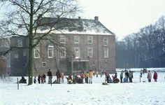 1968. Schaatsen op de gracht aan de achterzijde van Huize Almelo.