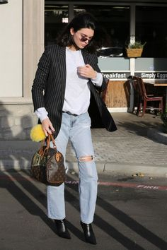 Kendall Jenner Leaving the Blue Jam Caffe in Calabasas 12/08/2017. Celebrity Fashion and Style | Street Style | Street Fashion
